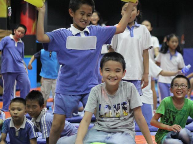 小孩子在蹦床上开心的玩耍